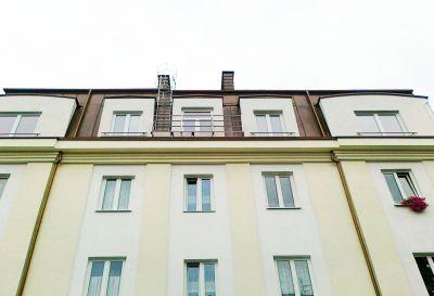 """Ul. Humańska 9 Warszawa – """"Słoneczna Kamienica"""" Kompleksowe pokrycie dachu z blachy miedzianej w technologii podwójnego rąbka stojącego"""